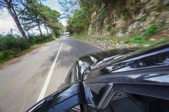 Bilkörning på den hög hastigheten i bergväg Royaltyfria Bilder