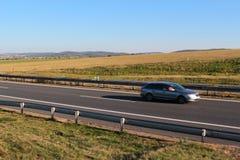 Bilkörning på huvudvägen Arkivbilder
