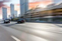 Bilkörning på vägen, rörelsesuddighet Royaltyfria Foton