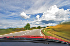 bilkurva som kör motorvägnaturhastighet Arkivfoton