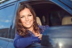 Bilkvinna på vägtur Arkivfoto