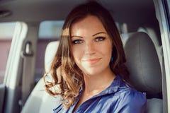 Bilkvinna på vägtur Arkivbild