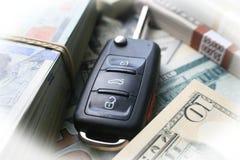 Billån med biltangenten som omges med högkvalitativa pengar Arkivfoto