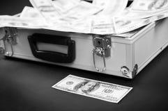 Bill avant la valise avec de l'argent Photo libre de droits