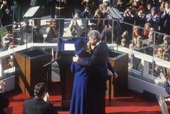 Bill Clinton обнимает супруги Hillary Клинтона Стоковые Изображения RF