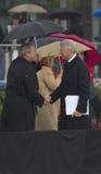 Bill Clinton трястиет руки с Джордж w Bush Стоковое Изображение