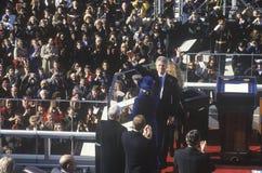Bill Clinton bewegt zur Masse wellenartig Stockbild