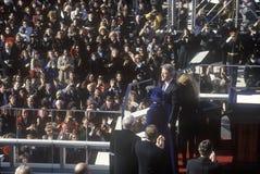 Bill Clinton, le quarante-deuxième président, salue la foule le jour le 20 janvier 1993 à Washington, C Photographie stock