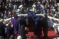 Bill Clinton, le quarante-deuxième président, salue la foule le jour le 20 janvier 1993 à Washington, C Photographie stock libre de droits