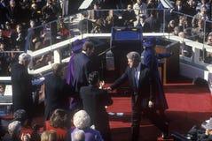 Bill Clinton, le quarante-deuxième président, se serre la main le jour le 20 janvier 1993 à Washington, C Photo stock