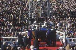 Bill Clinton, 42nd presidente, acena à multidão no dia de inauguração janeiro 20, 1993 em Washington, C Imagens de Stock