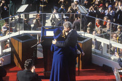 Bill Clinton omfamnar frun Hillary Clinton Royaltyfria Bilder