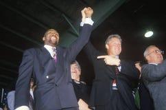 Bill Clinton schließt sich Händen mit Boxer Tommy Heam an Stockbilder