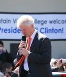 Bill, der unten Clinton-Schaut Stockbild
