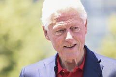Bill, der unten Clinton-Schaut Lizenzfreie Stockfotos