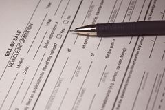 Bill do formulário e da pena da venda imagens de stock