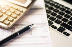 Bill e calcolatore con la penna, tassa di fattura di carta Immagini Stock