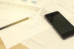Bill e Smart Phone con la matita Fotografie Stock Libere da Diritti