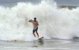 Bill-Hurrikan holt surfende Wellen Stockfotos