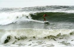 Bill-Hurrikan holt surfende Wellen Stockfoto