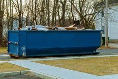 Bill lleno sobre los contenedores que fluyen que fluyen con basura Fotos de archivo