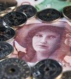 Bill-mujer rodeada con las monedas Foto de archivo libre de regalías