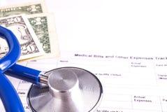 Bill Statement medico con lo stetoscopio ed i soldi Fotografia Stock Libera da Diritti