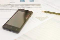 Bill und intelligentes Telefon mit Bleistift Lizenzfreies Stockfoto