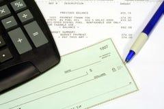 Bill utilitario, cheque personal y calculadora Fotos de archivo