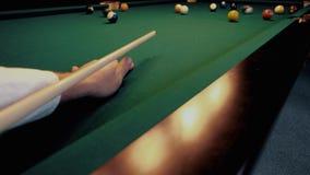 Billar americano Hombre que juega el billar, billar Jugador que se prepara para tirar, golpeando la bola de señal almacen de video