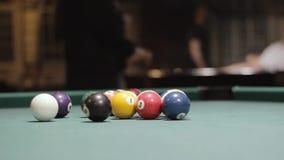 Billar americano tirado, piscina de la nueve-bola Gente que juega el billar almacen de video