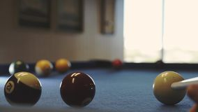Billard auf dem Tisch spielen Amerikanisches Billard stock footage