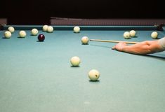 Billard, Billardtisch Anvisieren des Stichworts im Ball für Kobold Lizenzfreie Stockfotografie