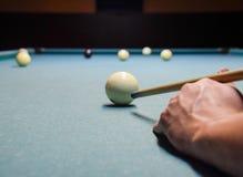 Billard, Billardtisch Anvisieren des Stichworts im Ball für Kobold Stockfotografie