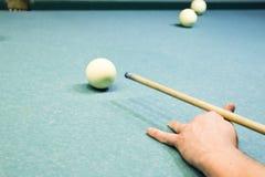 Billard, Billardtisch Anvisieren des Stichworts im Ball für Kobold Lizenzfreies Stockbild