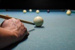 Billard, Billardtisch Anvisieren des Stichworts im Ball für Kobold Stockbild