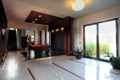 Billard-Tabelle innerhalb des modernen Hauses Stockfoto