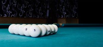 Billardkugel mit acht Weiß auf einem Billardtisch Lizenzfreie Stockfotos
