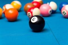 Billardkugeln auf blauer Tabelle Lizenzfreie Stockfotografie