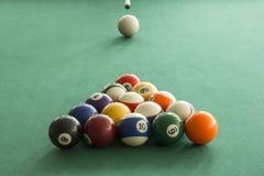 Billardkugeln auf dem Spieltisch stockfoto