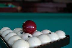 Billardkugeln auf einem Billardtischhintergrund Stockfotografie
