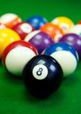 Billardkugeln auf einem grünen Billardtisch, Nahaufnahme Lizenzfreies Stockfoto