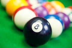 Billardkugeln auf einem grünen Billardtisch, Nahaufnahme Lizenzfreie Stockfotografie