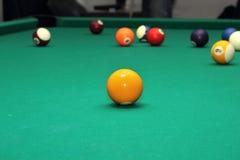 Billardkugeln auf grüner Tabelle und orange Ball Stockbilder