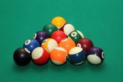 Billardkugeln auf grüner Tabelle und orange Ball Lizenzfreie Stockbilder