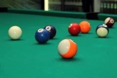 Billardkugeln auf grüner Tabelle und orange Ball Stockfotos