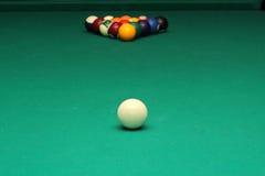 Billardkugeln auf grüner Tabelle und weißem Ball Lizenzfreie Stockfotos