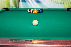 Billardkugeln auf grüner Tabelle und weißem Ball Stockbilder