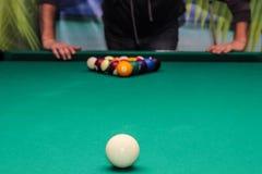 Billardkugeln auf grüner Tabelle und weißem Ball Stockfotos