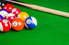 Billardkugeln auf grüner Tabelle mit Billardstock, Snooker, Pool Lizenzfreie Stockfotos